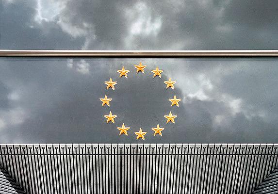 Belgie, Brussel, 26-3-2009Op de glazen gevel van het europese parlement bevinden zich de twaalf sterren, symbool van de europese eenheid.Foto: Flip Franssen/Hollandse Hoogte