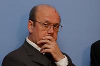 17 MAR 2003, BERLIN/GERMANY:<br /> Prof. Peter Bareis, Steuerexperte, waehrend einer Pressekonferenz zur Uebergabe des Gutachtens der der Sachverstaendigenkommission zur Neuordnung der steuerlichen Behandlung von Altervorsorge, Bundesministerium der Finanzen<br /> IMAGE: 20030317-02-028