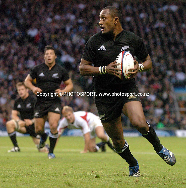 CAPTION: ALL BLACK JOE ROKOCOKO TAKES OFF ON A RUN DOWN THE WING <br /> ENGLAND V NEW ZEALAND, TWICKENHAM, SUNDAY 5TH NOVEMBER  2006<br /> COPYRIGHT: FOTOSPORT/DAVID GIBSON, MILLSTONE BROW, BY CARNWATH, LANARKSHIRE, ML11 8LJ, SCOTLAND, UK TEL: 01501 785 060 MOBILE: 07774 444 787