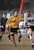 99041903: Thomas Berntsen, Lillestrøm og Sigurd Rushfeldt, Rosenborg, i løpeduell på Åråsen i kampen 17. april 1999. (Foto: Peter Tubaas)