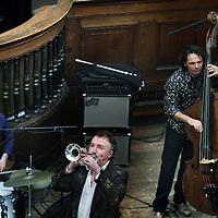 Nederland, Amsterdam , 31 oktober 2010..Jeroen Zijlstra is zanger, tekstschrijver, componist en trompettist. Geboren op Wieringen werkte hij lange tijd als Noordzee-visser. Tot hij zich in Amsterdam inschreef voor het conservatorium om jazz te maken. Hij richtte de band Zijlstra op en toert met zijn programma's langs theaters en festivals. In 2002 won Zijlstra de Annie M.G. Schmidt-prijs voor het lied Durgerdam slaapt..Op de foto Jeroen Zijlstra band tijdens Preek van de Leek optreden in de Amsterdamse Singelkerk..Foto:Jean-Pierre Jans