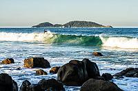 Surf na Praia do Morro das Pedras e Ilha do Campeche ao fundo. Florianópolis, Santa Catarina, Brasil. / Surfing at Morro das Pedras Beach and Campeche Island in the background. Florianopolis, Santa Catarina, Brazil.