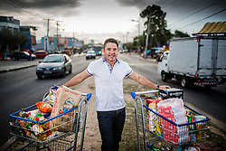 O  proprietário dos supermercados Super Kan, Valdemar Marcos dos Santos, começou aos 20 anos, com um boteco que vendia cachaça e cerveja, que abriu numa peça da casa em que morava. Hoje, aos 50 anos, tem 300 funcionários e tem alguns dos poucos supermercados do bairro Restinga, onde predominam mercadinhos pequenos. FOTO: Jefferson Bernardes/ Agência Preview