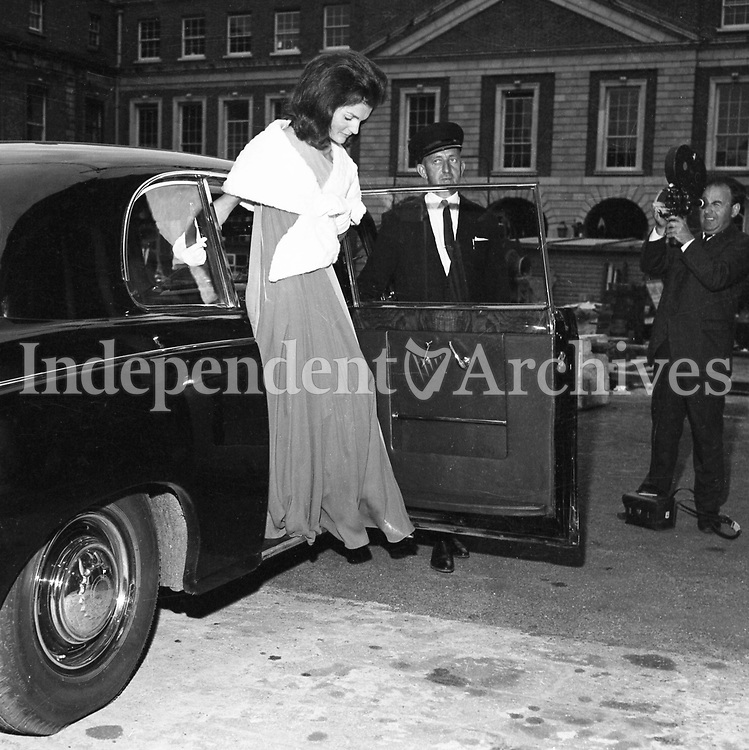Jacqueline Kennedy's 1967 visit to Ireland.<br /> Mrs. Jackie Kennedy, exiting vehicle on her way to a state banquet at St. Patrick's Hall, Dublin Castle, 30/06/1967.<br /> Among the guests were Taoiseach Jack Lynch and his wife M&aacute;ir&iacute;n.<br /> (Part of the Independent Ireland Newspapers/NLI Collection)