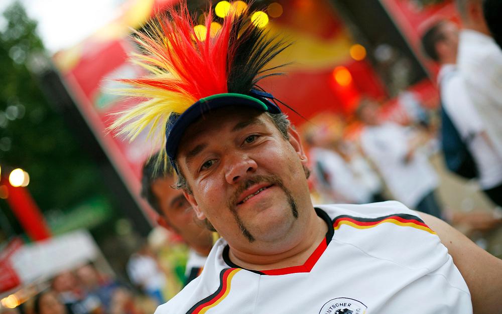 Frankfurt | Deutschland 01.07.2006: Fu&szlig;ballfans in Frankfurt beim Viertelfinale zwischen Frankreich und Brasilien bei der Fu&szlig;ball WM 2006, in der Public Viewing Area &quot;Main-Arena&quot;.<br /> <br /> hier: Fu&szlig;ballfans schauen das Spiel auf einer Gro&szlig;bildleinwand <br /> <br /> <br /> Sascha Rheker<br /> 20060701<br /> <br /> [Inhaltsveraendernde Manipulation des Fotos nur nach ausdruecklicher Genehmigung des Fotografen. Vereinbarungen ueber Abtretung von Persoenlichkeitsrechten/Model Release der abgebildeten Person/Personen liegt/liegen nicht vor.]