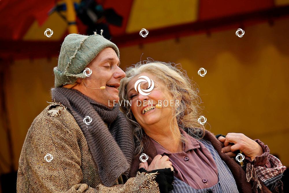 ARNHEM - Koningin Beatrix verrichte op dinsdag 3 april de officiele opening van de Amsterdamse Westerstraat in het Nederlands Openluchtmuseum. Met op de foto Willeke Alberti en Arie Cupe. FOTO LEVIN DEN BOER - PERSFOTO.NU