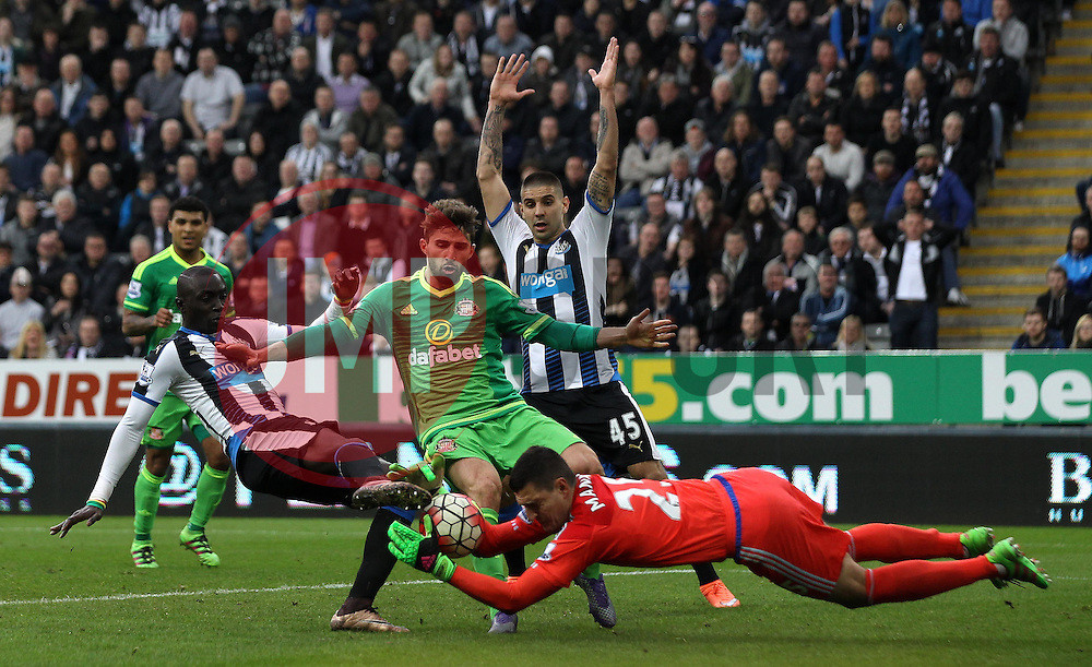 Papiss Demba Cisse of Newcastle United sticks a foot into Vito Mannone of Sunderland while trying to get on the end of a cross - Mandatory byline: Robbie Stephenson/JMP - 20/03/2016 - FOOTBALL - ST James Park - Newcastle, England - Newcastle United v Sunderland - Barclays Premier League