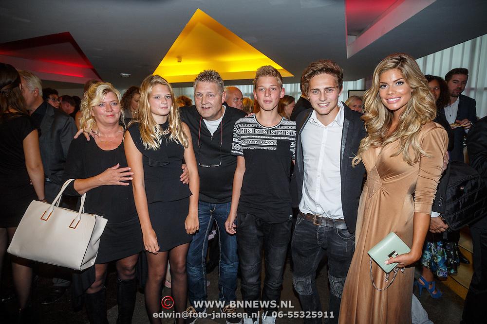 NLD/Tilburg/20150913 - Premiere musical Grease, Familie foto ouders Tim Douwsma, broertje en partner Stephanie Tency