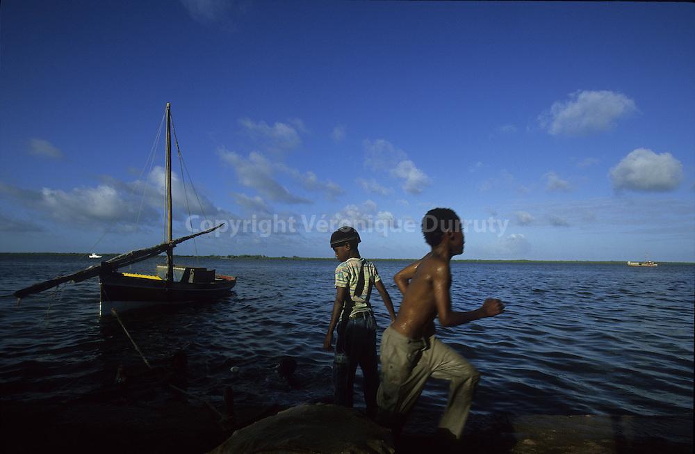 Lamu Town is the main village of Lamu island, the main island of Lamu archipelago. A paradise without cars... Lamutown est le principak village de l'?le de Lamu, l'?le principale de l' archipel de Lamu, iun pardis sans voitures Tour du monde des bouts du monde p.180