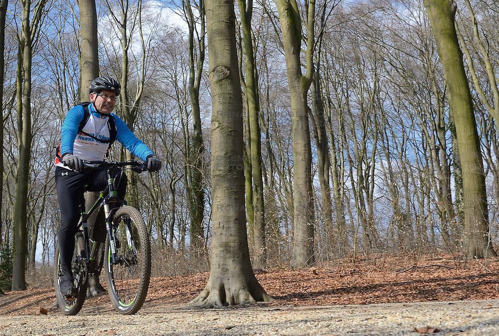 01-04-2013 ALGEMEEN: WE BIKE 2 CHANGE DIABETES: ARNHEM<br /> In de bossen bij Papendal werd de tweede meeting van de BvdGf gehouden met een fotosessie en een stukje biken / Henk <br /> &copy;2013-FotoHoogendoorn.nl