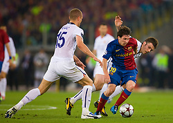 ROME, ITALY - Tuesday, May 26, 2009: Manchester United's Michael Carrick and Nemanja Vidic cannot handle Barcelona's Messi during the UEFA Champions League Final at the Stadio Olimpico. (Pic by Carlo Baroncini/Propaganda)