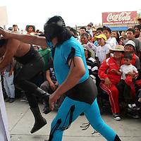 TOLUCA, México.- Niños y adultos de San Pablo Autopan, acudieron a la plaza cívica de esta comunidad a disfrutar de una función de lucha libre y donde se presentaron luchadores de la Asociación de Luchadores del Valle de Toluca y estrellas de la triple A; hicieron que la gente se divirtiera y participara en la función. Agencia MVT / José Hernández. (DIGITAL)