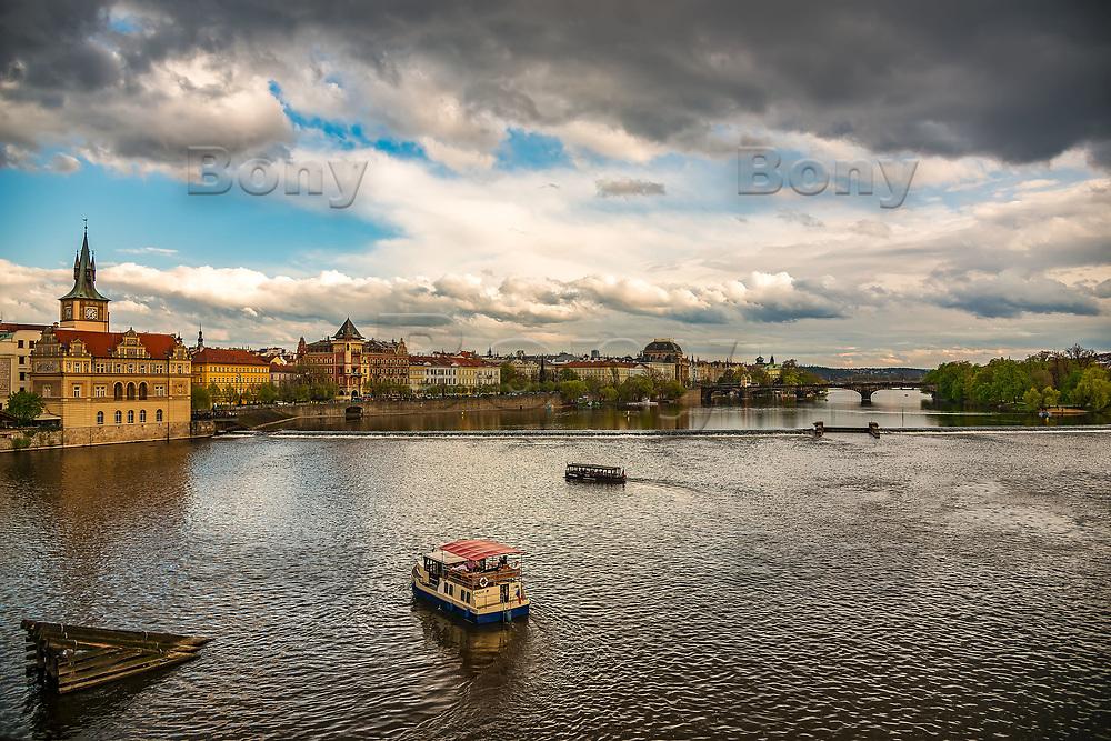 Prague, la ville aux mille tours et mille clochers, n&rsquo;a pas seulement inspire Andre Breton et les surrealistes. Chaque annee, la belle Tcheque seduit des millions d&rsquo;admirateurs du monde entier. Monuments, fa&ccedil;ades et statues racontent une histoire mouvementee ou planent les ombres du Golem, de Mucha ou de Kafka.<br /> Depuis 1992, le centre ville historique est inscrit sur la liste du patrimoine mondial par l'UNESCO