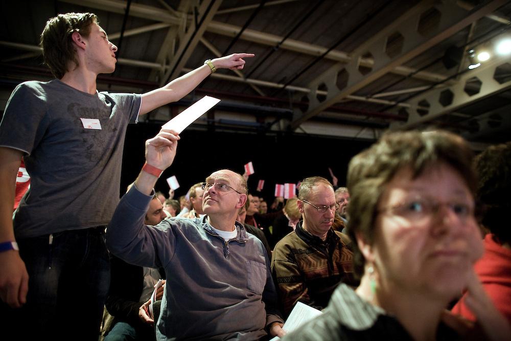 Nederland. Rottedam, 24 november 2007.<br /> De Socialistische Partij congresseert in de Van Nelle Ontwerpfabriek. Ingediende moties worden in stemming gebracht door middel van handopsteken. Bij twijfel wordt er handmatig geteld ( zie foto). SP, Democratie<br /> Foto Martijn Beekman <br /> NIET VOOR TROUW, AD, TELEGRAAF, NRC EN HET PAROOL