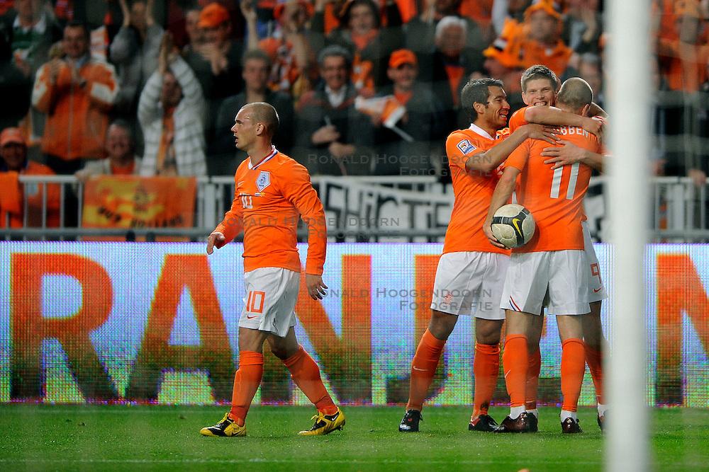 01-04-2009 VOETBAL: WK KWALIFICATIE NEDERLAND - MACEDONIE: AMSTERDAM<br /> Nederland wint met 4-0 van Macedonie / Klaas Jan Huntelaar scoort de 2-0 en wordt gefeliciteerd door Arjen Robben, Giovanni van Brockhorst en Wesley Sneijder<br /> &copy;2009-WWW.FOTOHOOGENDOORN.NL