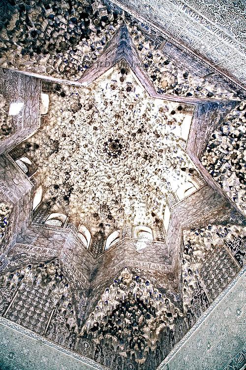 Sala de los Abencerrajes, dome interior with Nasrid decoration in white plaster.