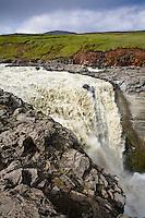 Kirkjufoss í Jökulsá á Fljótsdal, Norðurdalur. Myndun Ufsalóns vegna Kárahnjúkavirkjunar hefur áhrif á vatnsmagn í ánni, sérstaklega á vorin þegar rennsli í henni er minna. Kirkjufoss waterfall in glacial river Jokusla a Fljotsdal, Nordurdal.