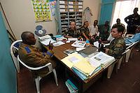 """26 SEP 2006, KINSHASA/CONGO:<br /> Zwei Soldaten, ein Deutscher, ein Franzose, der EUFOR RD CONGO sprechen mit einem Bezirksbuergermeister von Kinshasa im Rahmen einer Patroulienfahrt des """"Tactical Psyops Team"""" oder auch """"Operative Information"""", dessen Aufgabe es ist, die Bevoelkerung über die EUFOR RD CONGO Mission aufzuklaeren<br /> IMAGE: 20060926-01-013<br /> KEYWORDS: Bundeswehr, Soldat, Soldaten, Informationsfahrt, Gespräch, Gespraech, Bevölkerung, Kongo, Afrika, Africa"""