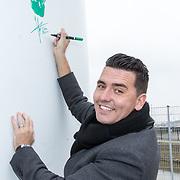 NLD/Waddinxveen/20181127 - Jan Smit en Barry Paf dopen de 100% NL windmolen, Jan Smit zet zijn handtekening op de windmolen