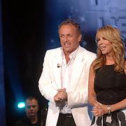 NLD/Weesp/20070311 - 1e Live uitzending Just the Two of Us, presentatoren Linda de Mol en Gordon
