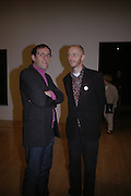 DEXTER DALWOOD AND BOB AND ROBERTA SMITH. Private view for the Turner prize  2005.  Tate. Britain. 17 October 2005. ONE TIME USE ONLY - DO NOT ARCHIVE © Copyright Photograph by Dafydd Jones 66 Stockwell Park Rd. London SW9 0DA Tel 020 7733 0108 www.dafjones.com