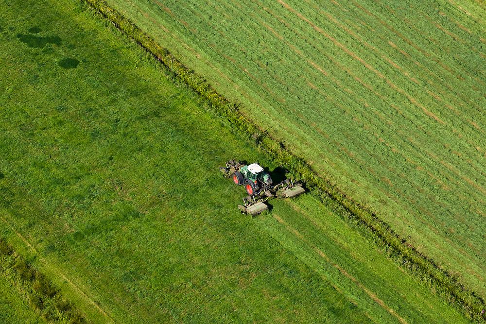 Nederland, Utrecht, De Bilt, 08-07-2010; Polder Achttienhoven, tractor maait gras..Tractor mowing grass..luchtfoto (toeslag), aerial photo (additional fee required).foto/photo Siebe Swart