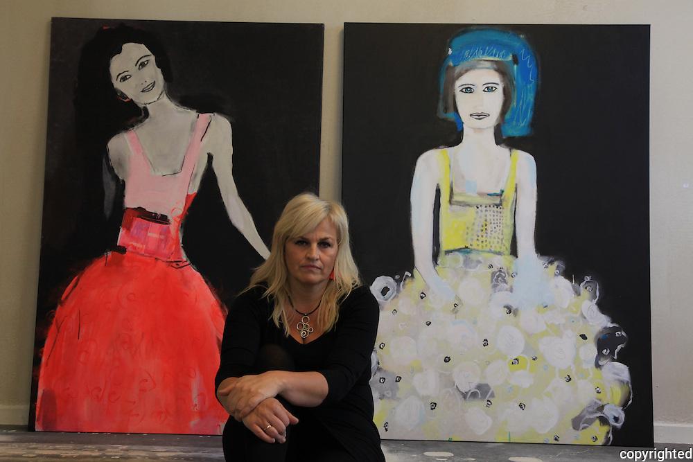 May Lise Solem Hoel (1960) fra Trondheim. F&oslash;rst og fremst kjent for sine fargesterke malerier av kvinner. Ogs&aring; foto, collage, silketrykk og grafikk. Autodidakt, med 20 &aring;rs bakgrunn som grafisk designer. Etablerte i 2003 prosjektet og nettstedet Faen Heller, med fokus p&aring; incest og seksuelle overgrep mot barn.<br /> Norwegian artist, born i 1960.