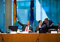 DEU, Deutschland, Germany, Berlin, 11.12.2017: FDP-Parteichef Christian Lindner mach ein Selfie von sich vor Beginn der Fraktionssitzung der FDP im Deutschen Bundestag.