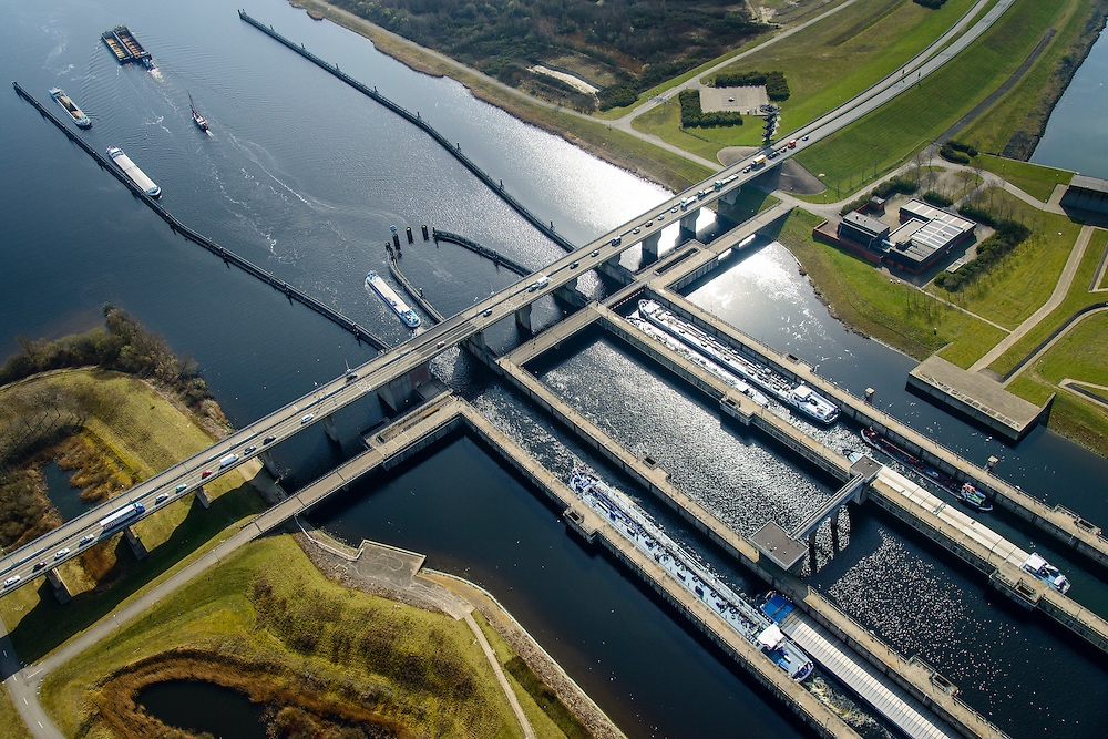 Nederland, Zeeland, Gemeente Schouwen-Duiveland, 01-04-2016;  Sluiskolken met schutten van schepen van de Krammersluizen, compartimenteringswerk tussen Volkerak en Krammer. <br /> Philipsdam with Krammersluizen, part of the Delta Works. The locks form a division between sweet and salt water.<br /> <br /> luchtfoto (toeslag op standard tarieven);<br /> aerial photo (additional fee required);<br /> copyright foto/photo Siebe Swart