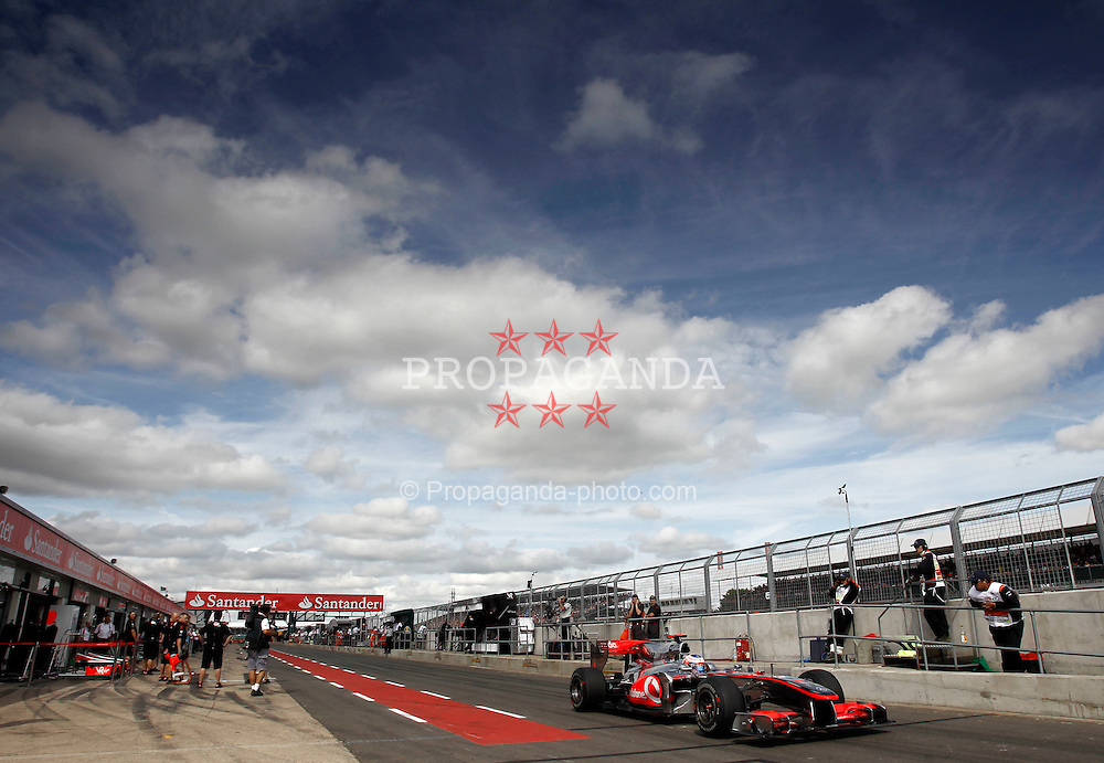 Motorsports / Formula 1: World Championship 2010, GP of Great Britain, pit lane, pitlane, Box, Boxengasse, 01 Jenson Button (GBR, Vodafone McLaren Mercedes),