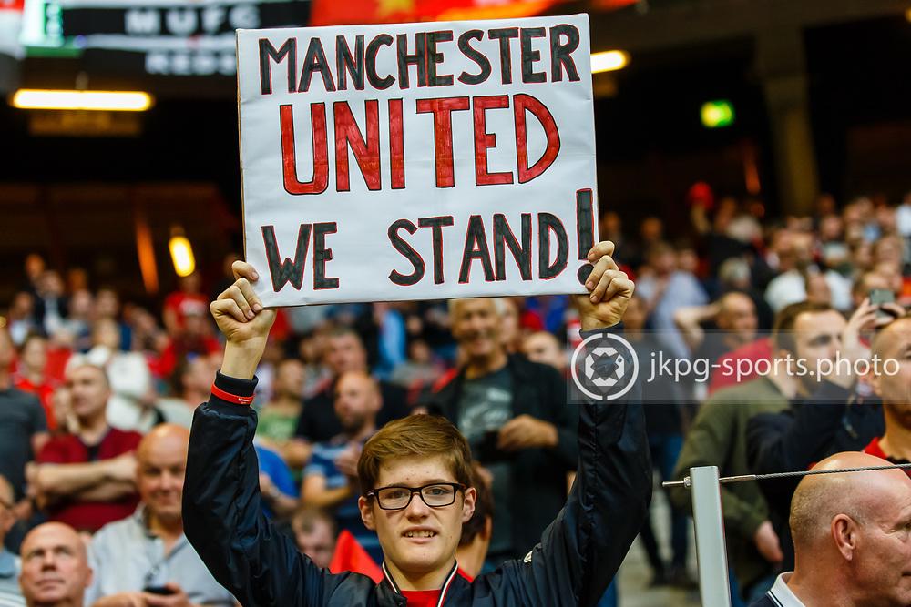 170524 Fotboll, Europa League Final, Ajax - Manchester United<br /> Ett fan till Manchester United med en skylt textad &quot;Manchester United we stand&quot; eller &quot;Manchester enade st&aring;r vi&quot;!<br /> <br /> &copy; Daniel Malmberg/Jkpg Sports <br /> ***Betalbild***<br /> Se f&auml;ltet instruktioner/special instructions.