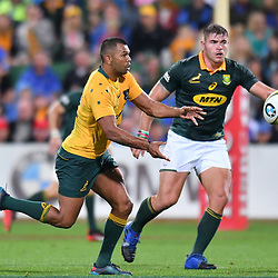 Kurtley Beale passes