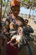 A woman shows her baby infected ombilic at a  refugee camp near Sittwe. 2015-02-05.
