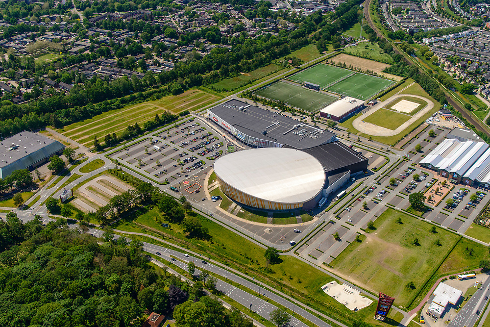 Nederland, Gelderland, Apeldoorn, 29-05-2019; de ronde koepel van Omnisport Apeldoorn, multifunctioneel en overdekt sportcomplex. Naast het complex winkelcentrum, huisvest onder andere MediMarkt, Decatlon.<br /> Omnisport Apeldoorn, multifunctional and indoor sports complex.<br /> <br /> luchtfoto (toeslag op standard tarieven);<br /> aerial photo (additional fee required);<br /> copyright foto/photo Siebe Swart