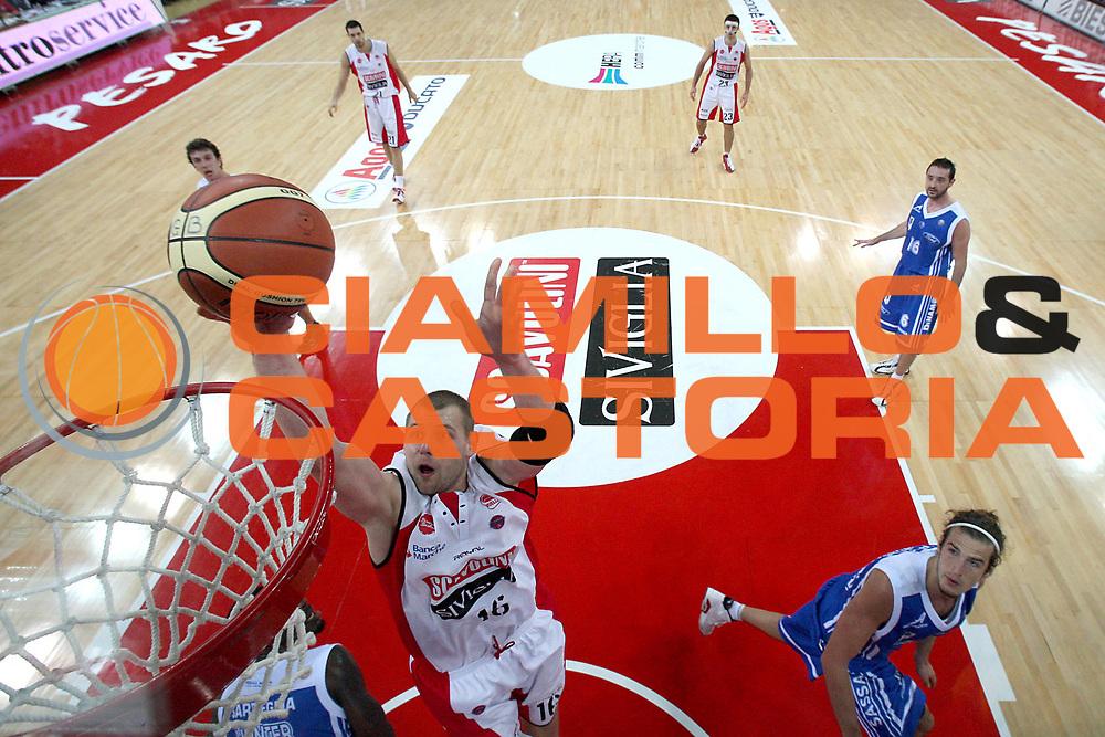 DESCRIZIONE : Pesaro Lega A 2010-11 Scavolini Siviglia Pesaro Dinamo Sassari <br /> GIOCATORE : Tautvydas Lydeka<br /> SQUADRA : Scavolini Siviglia Pesaro <br /> EVENTO : Campionato Lega A 2010-2011<br /> GARA : Scavolini Siviglia Pesaro Dinamo Sassari <br /> DATA : 21/11/2010<br /> CATEGORIA : tiro special<br /> SPORT : Pallacanestro<br /> AUTORE : Agenzia Ciamillo-Castoria/C.De Massis<br /> Galleria : Lega Basket A 2010-2011<br /> Fotonotizia : Pesaro Lega A 2010-11 Scavolini Siviglia Pesaro Dinamo Sassari<br /> Predefinita :