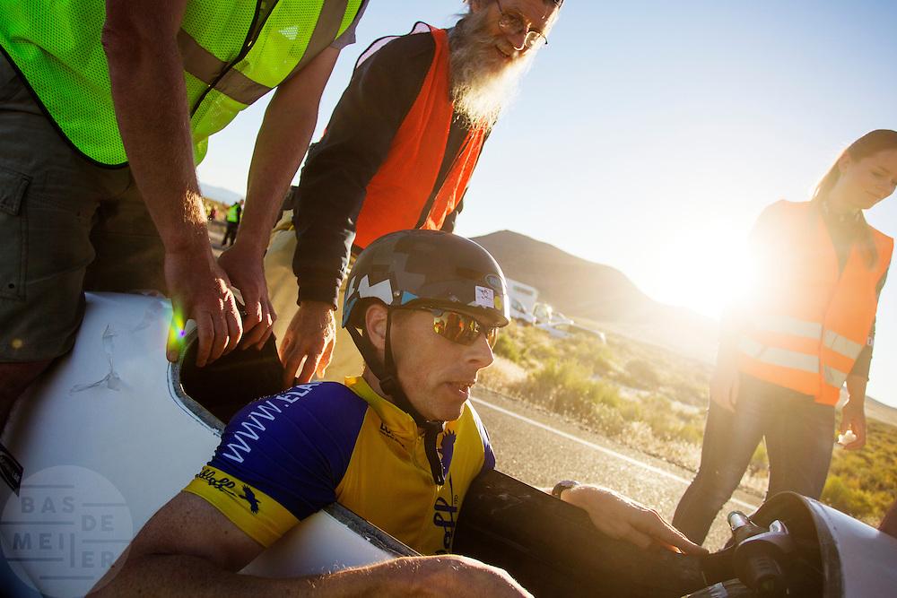 Jan Marcel van Dijken na de vierde racedag. In Battle Mountain (Nevada) wordt ieder jaar de World Human Powered Speed Challenge gehouden. Tijdens deze wedstrijd wordt geprobeerd zo hard mogelijk te fietsen op pure menskracht. Het huidige record staat sinds 2015 op naam van de Canadees Todd Reichert die 139,45 km/h reed. De deelnemers bestaan zowel uit teams van universiteiten als uit hobbyisten. Met de gestroomlijnde fietsen willen ze laten zien wat mogelijk is met menskracht. De speciale ligfietsen kunnen gezien worden als de Formule 1 van het fietsen. De kennis die wordt opgedaan wordt ook gebruikt om duurzaam vervoer verder te ontwikkelen.<br /> <br /> In Battle Mountain (Nevada) each year the World Human Powered Speed Challenge is held. During this race they try to ride on pure manpower as hard as possible. Since 2015 the Canadian Todd Reichert is record holder with a speed of 136,45 km/h. The participants consist of both teams from universities and from hobbyists. With the sleek bikes they want to show what is possible with human power. The special recumbent bicycles can be seen as the Formula 1 of the bicycle. The knowledge gained is also used to develop sustainable transport.