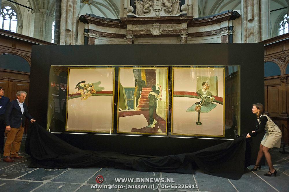 """Amsterdam, 20-02-2014. In de Nieuwe Kerk wordt vanaf 21 februari 2014 de serie Meesterwerk voortgezet met Francis Bacon triptiek """"in Memory of George Dyer"""" uit 1971. Vanmorgen werd dit drieluik ontuld door Cathelijne Broers, directeur De Nieuwe Kerk en door Gijs van Tuyl, voormalig directeur Stedelijk Museum Amsterdam. De kunstenaar Francis Bacon koos voor een drieluik, traditioneel een religieus format, om een gedenkteken te creëren voor George Dyer, die meer dan zeven jaar zijn partner was geweest.Dyer leegde in 1971 zelfmoord in de Parijse hotelkamer die hij met Francis Bacon deelde. Foto: Gijs van Tuyl en Cathelijne Broers onthullen het nieuwe Meesterwerk"""
