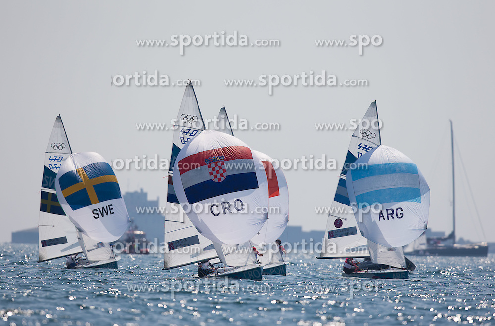 10.08.2012, Bucht von Weymouth, GBR, Olympia 2012, Segeln, Herren 470er, Medaillenfahrt, im Bild v.l. Anton Dahlberg, Sebastian Ostling (SWE), Sime Fantela, Igor Marenic (CRO),  Lucas Calabrese, Juan De La Fuente (ARG) // f.l. Anton Dahlberg, Sebastian Ostling (SWE), Sime Fantela, Igor Marenic (CRO),  Lucas Calabrese, Juan De La Fuente (ARG) during Sailing men's medal race 470er at the 2012 Summer Olympics at Bay of Weymouth, United Kingdom on 2012/08/10. EXPA Pictures © 2012, PhotoCredit: EXPA/ Johann Groder
