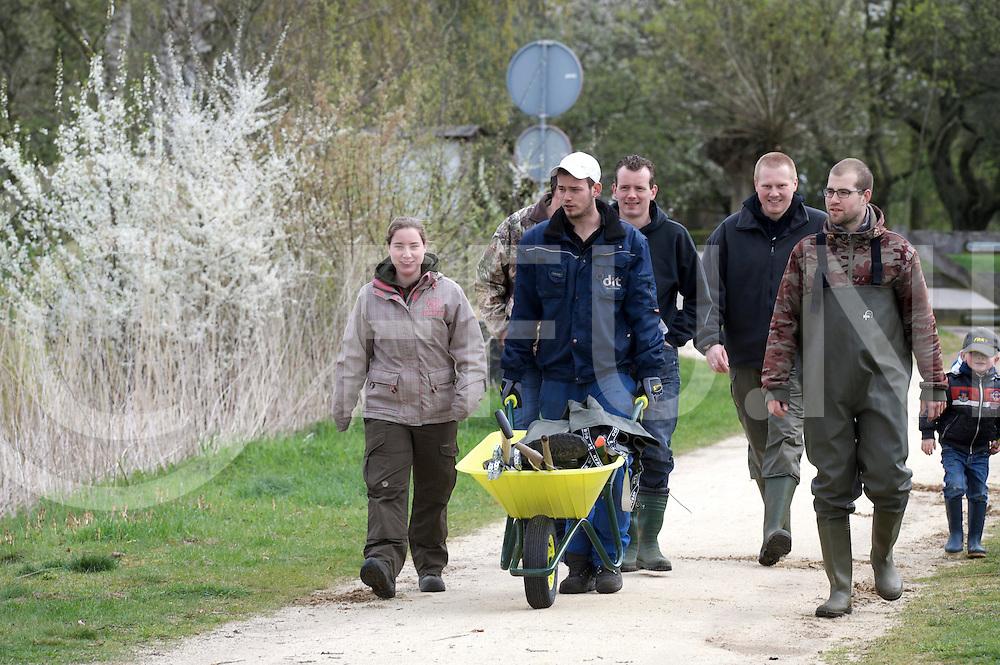 DALFSEN - Bellingerweer schoonmaken..Foto: Schoon maak ploeg onderweg. .FFU PRESS AGENCY COPYRIGHT FRANK UIJLENBROEK.