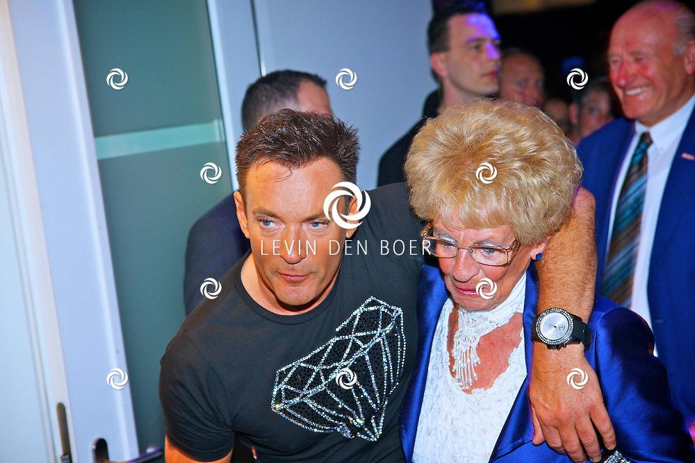 AMSTERDAM - Na het grote Toppers concert mochten de VIPS over de rode loper naar het VIP feest.  Met op de foto Gerard Joling en zijn moeder Janny. FOTO LEVIN DEN BOER - PERSFOTO.NU