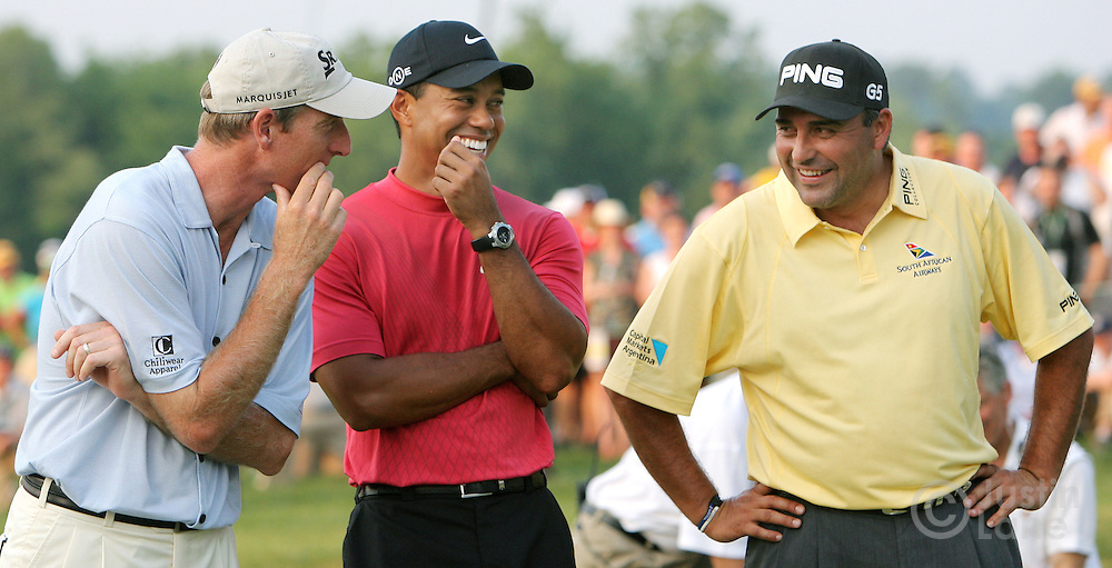 Angel Cabrera (R) of Argentina talks with Tiger Woods (C) and Jim Furyk (L) of the US after Cabrera won the 2007 U.S. Open at Oakmont Country Club in Oakmont, Pennsylvania, USA 17 June 2007. Furyk and Woods were the runners up.