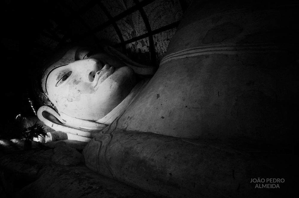 Reclining Buddha statue at Shwesandaw Paya