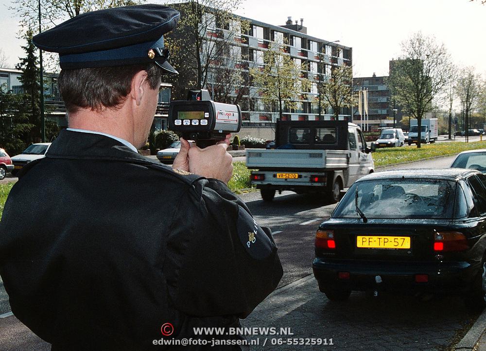 Politieagent Jan Koops politie Gooi & Vechtstreek met de lasergun op proef in Huizen