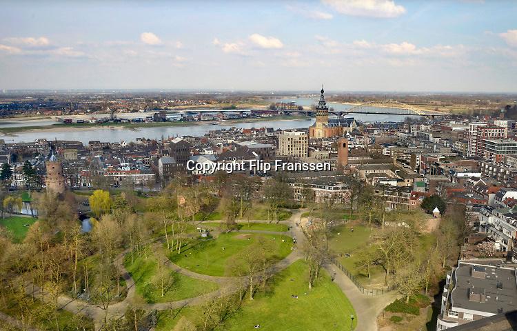 Nederland, Nijmegen: 1-4-2016 Uitzicht op het centum van Nijmegen met het Kronenburgerpark op devoorgrond. in de achtergrond zijn de stevenskerk, rivier de waal en de nieuwe nevengeul en spiegelwaal te zien  Het dorp lent, veur lent, ligt op een eiland, riviereilandFOTO: FLIP FRANSSEN/ HH