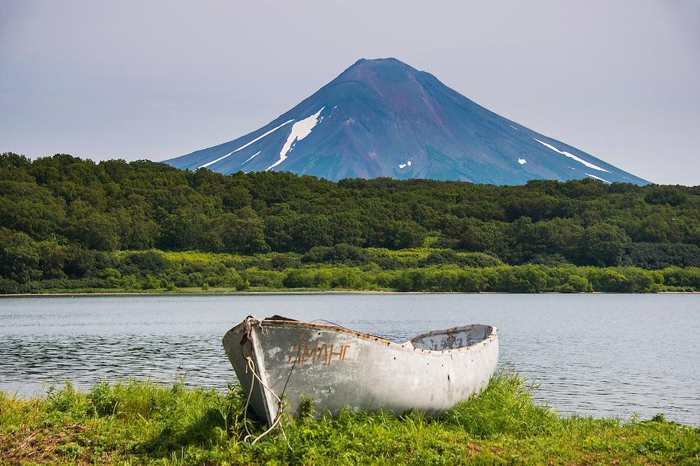 Kanu am Kurilensee unterhalb des Ilyinskyvulkans.