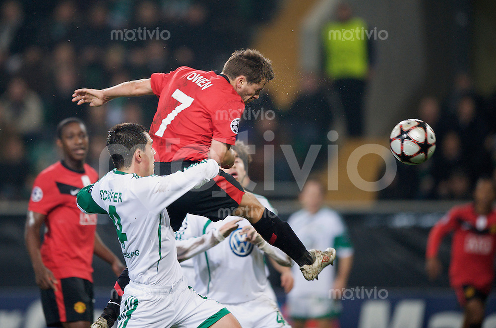 Fussball Uefa Champions League VFL Wolfsburg - Manchester United FC Michael OWEN (Manchester) erzielt das Tor zum 1:0 gegen Marcel SCHAEFER (Wolfsburg).