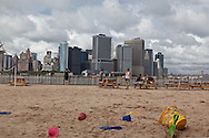 New York. governor island.  water taxi beach and the skyline of downtown manhattan  view from governor island; in the heart of New York Harbor.  For almost two centuries, Governors Island was a military base - home to the US Army and Coast Guard; The 172-acre Island, 52 landmarked buildings  / la plage du water taxi et le panorama de manhattan vu depuis governor island, au centre du port de new York , pendant 200 ans cette ile a été occupee par l armee, aujourd'hui elle appartient a la ville qui en a fait un parc public