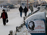 Strassenszene mit Che Guevara  Plakat in der Innenstadt von Jakutsk. Jakutsk wurde 1632 gegruendet und feierte 2007 sein 375 jaehriges Bestehen. Jakutsk ist im Winter eine der kaeltesten Grossstaedte weltweit mit durchschnittlichen Winter Temperaturen von -40.9 Grad Celsius. Die Stadt ist nicht weit entfernt von Oimjakon, dem Kaeltepol der bewohnten Gebiete der Erde.<br /> <br /> Street scene with Che Guevara poster in the city center of Yakutsk. Yakutsk was founded in 1632 and celebrated 2007 the 375th anniversary - billboard announcing the celebration. Yakutsk is a city in the Russian Far East, located about 4 degrees (450 km) below the Arctic Circle. It is the capital of the Sakha (Yakutia) Republic (formerly the Yakut Autonomous Soviet Socialist Republic), Russia and a major port on the Lena River. Yakutsk is one of the coldest cities on earth, with winter temperatures averaging -40.9 degrees Celsius.