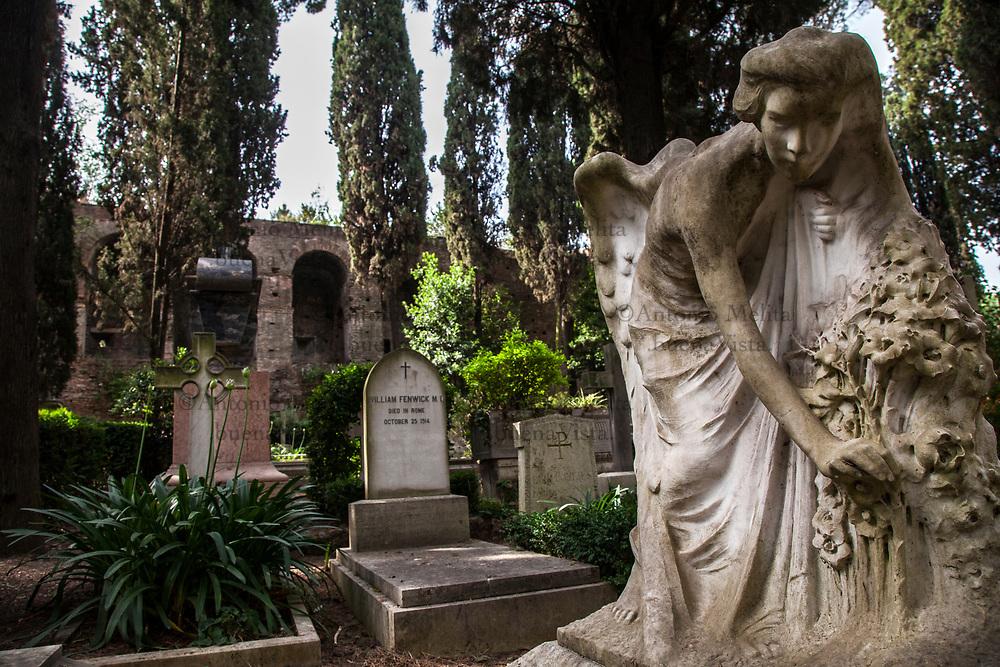 Cimitero acattolico di Roma nel quartiere Testaccio: la tomba di Violet May Courte.