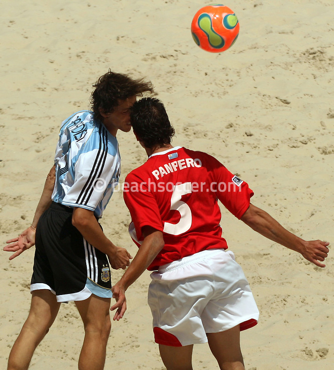 Football - FIFA Beach Soccer World Cup 2006 - Quarter Final - ARG X URU  - Rio de Janeiro - Brazil 09/11/2006<br />